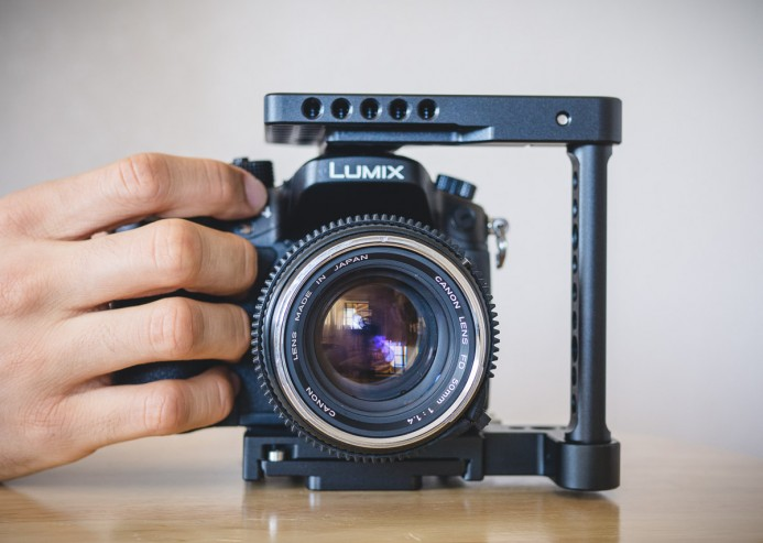 GH4 hand grip is accessible